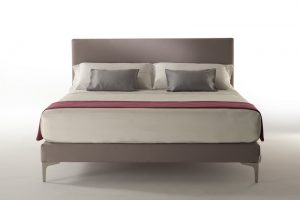 Badia è la testiera letto minimal realizzata in ecopelle ignifuga disponibile anche con rivestimento jacquard. Ideale per ambienti moderni e minimalisti.