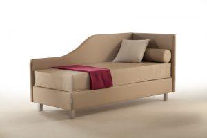 Dormeuse letto versatile: divanetto di giorno, vero e proprio sistema letto di notte. Testiera disponibile in vari modelli e rivestimenti.