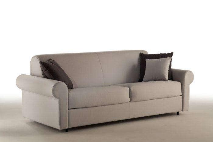 Divano letto disponibile in differenti misure e tipologie, con braccioli personalizzabili per forma e dimensione. Porta cuscini nella spalliera.